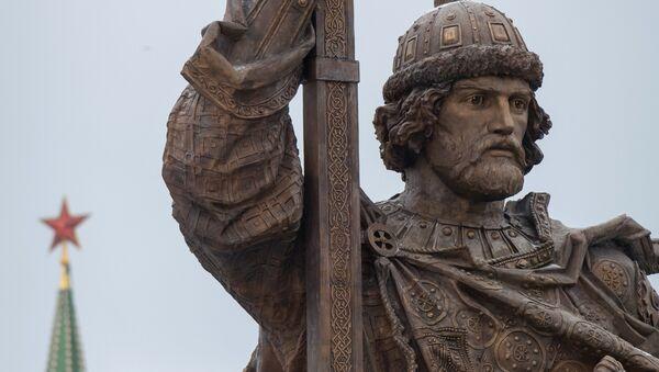 Đài tưởng niệm Đại công tước Vladimir Kiev (978-1015) trên Quảng trường Borovitskaya, Moskva - Sputnik Việt Nam
