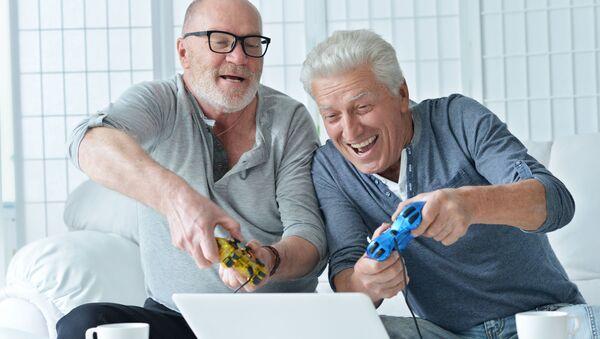 Два пожилых мужчины играют на компьютере - Sputnik Việt Nam