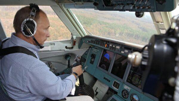 Thủ tướng Nga Vladimir Putin tham gia dập đám cháy rừng trong khu vực Ryazan từ máy bay lưỡng cư chữa cháy Be-200 - Sputnik Việt Nam