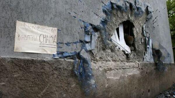 Bức tường bị hư hại do các cuộc pháo kích vào thành phố Donetsk - Sputnik Việt Nam