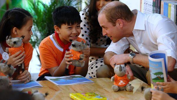 Hoàng tử William nói chuyện với học sinh của một trường phổ thông địa phương ở Hà Nội - Sputnik Việt Nam
