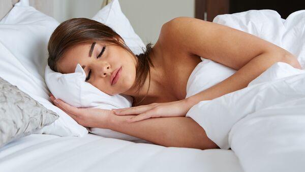 Cô gái nằm ngủ - Sputnik Việt Nam