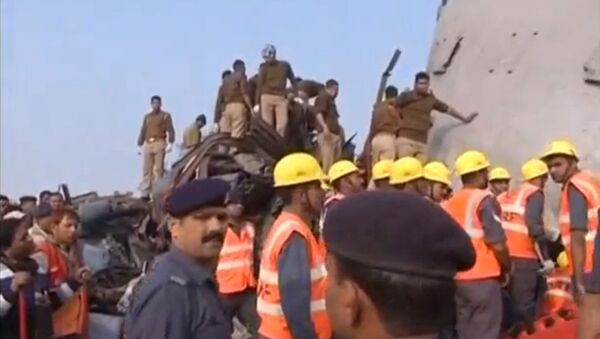 Rescuers and people gather at the site where a train derailed in Kanpur, in India's northern state of Uttar Pradesh, in this still image taken from video November 20, 2016. - Sputnik Việt Nam