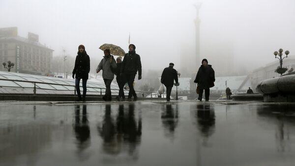 Люди идут по улице напротив площади Независимости в Киеве - Sputnik Việt Nam