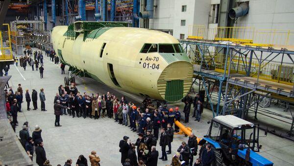 Презентация первого экземпляра военно-транспортного самолета Ан-70 производства украинского завода Антонов - Sputnik Việt Nam