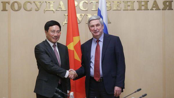 Phó chủ tịch thứ nhất Hạ viện Ivan Melnikov (Đảng Cộng sản) tại cuộc gặp với Phó Thủ tướng, Bộ trưởng Ngoại giao Việt Nam Phạm Bình Minh. - Sputnik Việt Nam