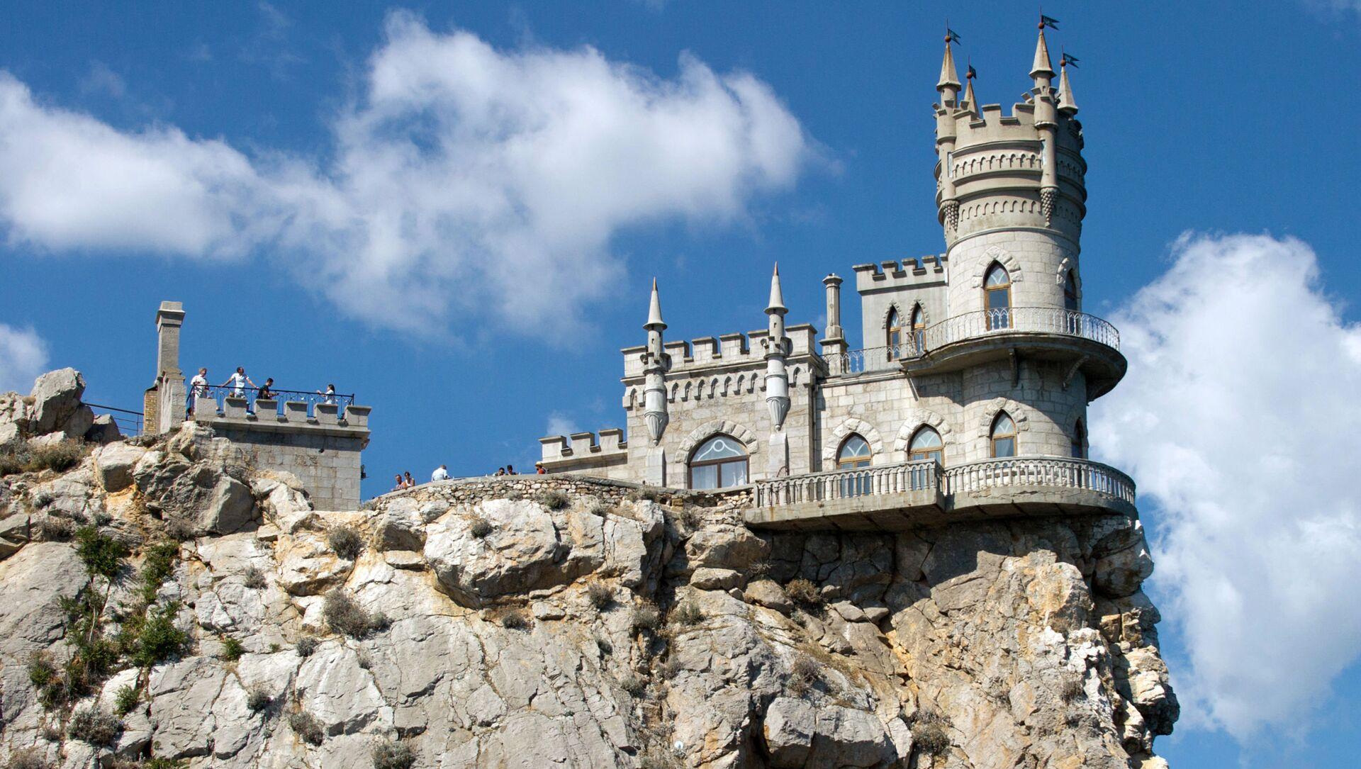Замок Ласточкино гнездо на береговой скале в поселке Гаспра в Крым - Sputnik Việt Nam, 1920, 22.04.2021