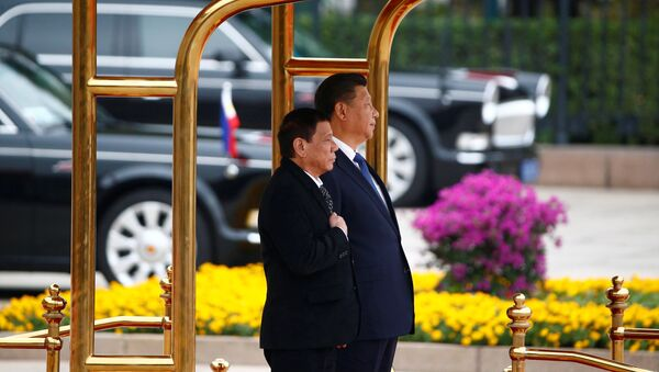 President of the Philippines Rodrigo Duterte (L) and Chinese President Xi Jinping attend a welcoming ceremony at the Great Hall of the People in Beijing, China, October 20, 2016. - Sputnik Việt Nam