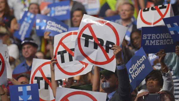 People hold signs against the Trans Pacific Partnership (TPP) on Day 3 of the Democratic National Convention at the Wells Fargo Center, July 27, 2016 in Philadelphia, Pennsylvania - Sputnik Việt Nam