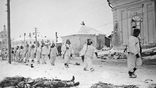 Советские солдаты на освобожденных улицах Калинина - Sputnik Việt Nam