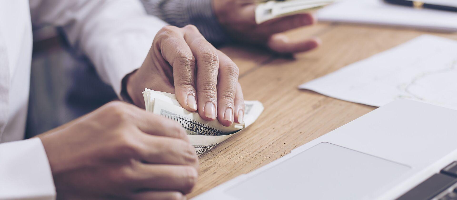 Nhà kinh doanh bỏ tiền vào túi - Sputnik Việt Nam, 1920, 05.07.2019
