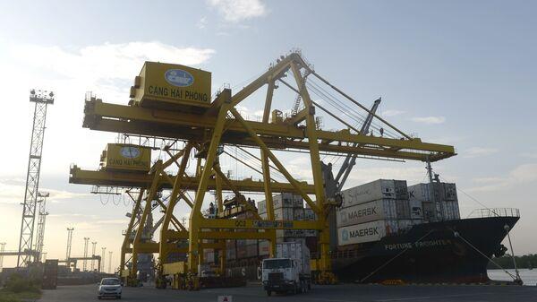 Vận chuyển container tại hải cảng Việt Nam - Sputnik Việt Nam
