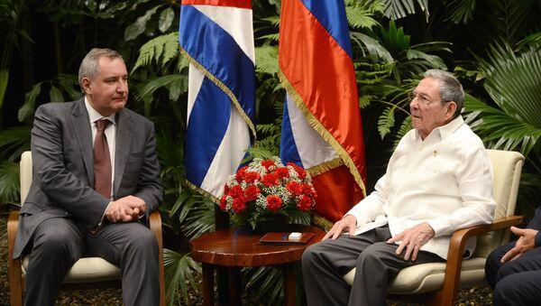 Chủ tịch Hội đồng Nhà nước Cuba, Raul Castro (trái) tại một cuộc họp với Phó Thủ tướng Dmitry Rogozin - Sputnik Việt Nam