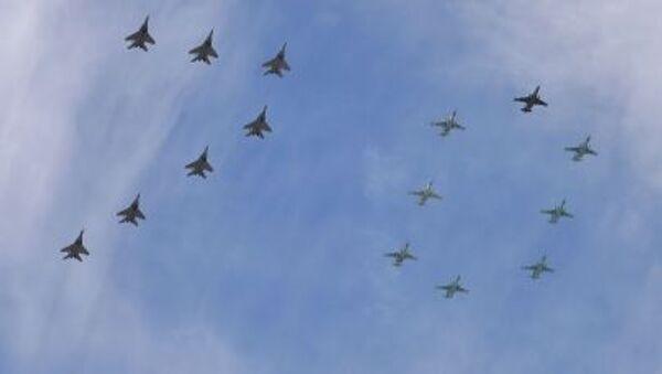 15 máy bay MiG-29 và Su-25 tạo hình con số 70 trên bầu trời Matxcơva. - Sputnik Việt Nam