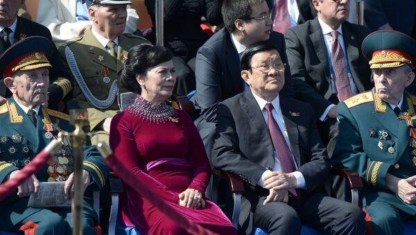 Chủ tịch CHXHCN Việt Nam Trương Tấn Sang (thứ hai bên phải) cùng phu nhân Mai Thị Hạnh trong thời gian duyệt binh kỷ niệm 70 năm Chiến thắng trong Chiến tranh Vệ quốc Vĩ đại  1941-1945 - Sputnik Việt Nam