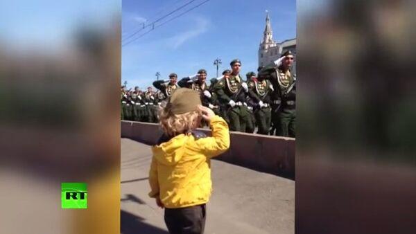 Em bé giơ tay chào hàng quân tại diễn tập diễu binh Chiến Thắng ở Moskva - Sputnik Việt Nam