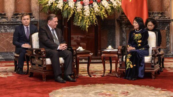 Thống đốc tỉnh Kursk Alexander Mikhailov và Phó Chủ tịch Việt Nam, bà Đặng Thị Ngọc Thịnh tại Việt Nam - Sputnik Việt Nam