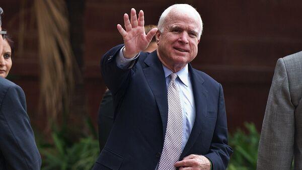 US Senator John McCain waves to the media as he leaves the Ministry of External Affairs in New Delhi - Sputnik Việt Nam