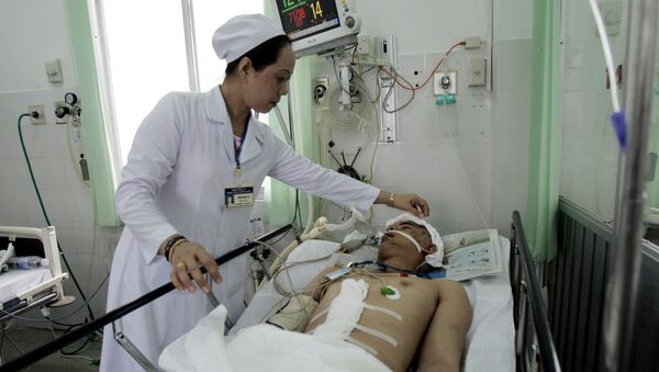 Врач у постели больного в военном госпитале в городе Кантхо, Вьетнам - Sputnik Việt Nam