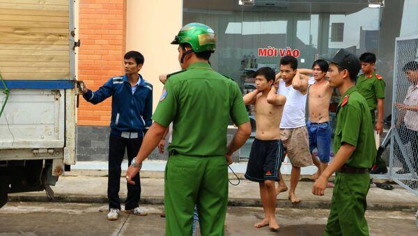 Наркозависимые, арестованные после побега из реабилитационного центра во Вьетнаме - Sputnik Việt Nam