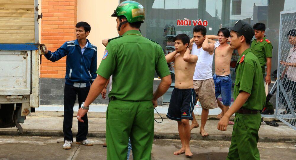 Наркозависимые, арестованные после побега из реабилитационного центра во Вьетнаме
