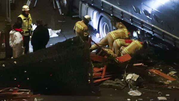 Спасатели осматривают грузовик, протаранившиц толпу на Рождественской ярмарке в Берлине - Sputnik Việt Nam