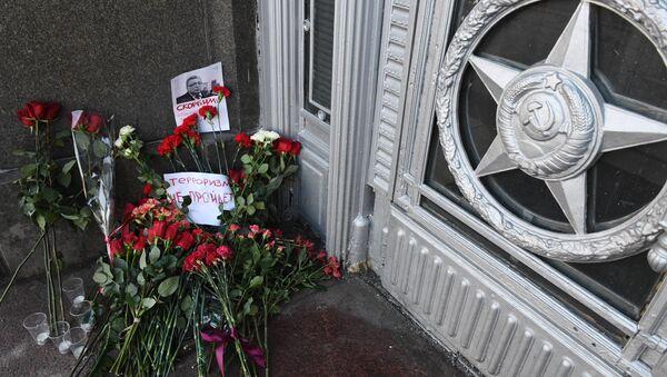 các người đặt hoa tưởng nhớ Đại sứ Nga Andrei Karlov bị sát hại ở Thổ Nhĩ Kỳ - Sputnik Việt Nam