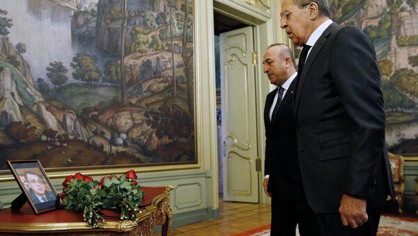 Ông Lavrov đặt hoa tưởng nhớ Đại sứ Nga Andrei Karlov bị sát hại ở Thổ Nhĩ Kỳ - Sputnik Việt Nam