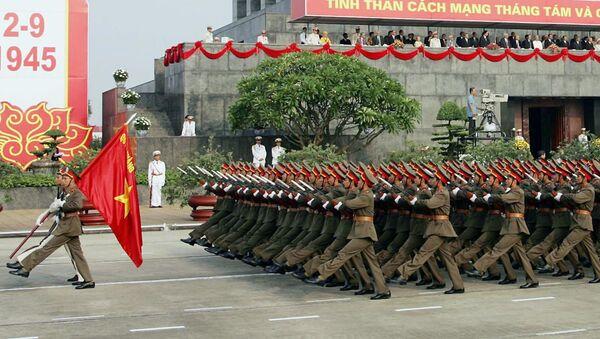 Các chiến sĩ QĐND Việt Nam trong cuộc diễu binh trước Lăng Chủ tịch Hồ Chí Minh - Sputnik Việt Nam