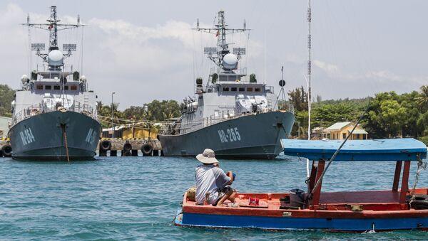 Thuyền đánh cá của ngư dân bơi qua tàu chiến ở Phú Quốc, Việt Nam - Sputnik Việt Nam