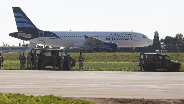 Không tặc cướp máy bay có trang bị vũ khí đang ở trên phi cơ Libya - Sputnik Việt Nam