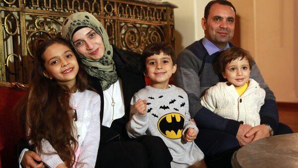 Em bé Bana từ Aleppo với gia đình - Sputnik Việt Nam
