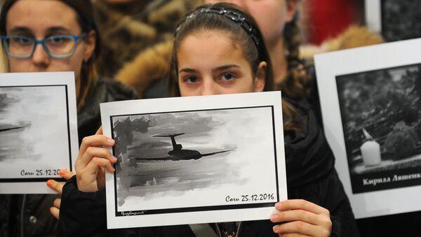 Một người cô gái trong lễ tưởng niệm các nạn nhân chiếc máy bay Tu-154 của Bộ Quốc phòng Nga bị rơi ngoài khơi Biển Đen - Sputnik Việt Nam
