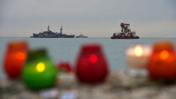 Những cây nến và bó hoa tưởng niệm nạn nhân máy bay Tu-154 Bộ Quốc phòng rơi ngoài khơi Sochi, Biển Đen - Sputnik Việt Nam