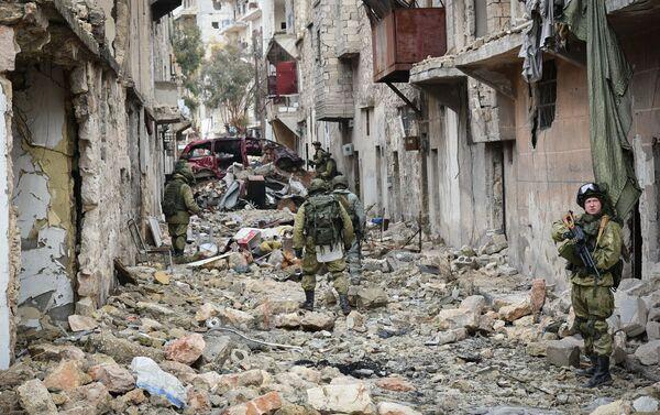 Công việc của các kỹ sư thuộc  Trung tâm quốc tế chống bom mìn của lực lượng vũ trang Nga trong cuộc giải phóng Aleppo. - Sputnik Việt Nam