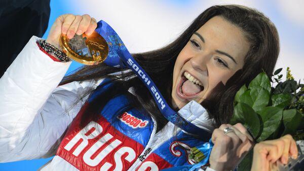 Российская фигуристка Аделина Сотникова во время медальной церемонии XXII зимних Олимпийских игр в Сочи - Sputnik Việt Nam