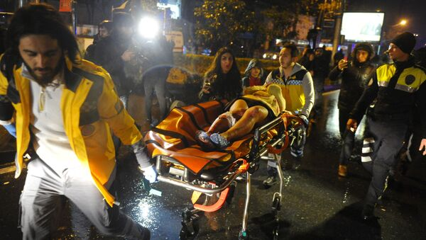 First aid officers carry an injured woman at the site of an armed attack on January 1, 2017 in Istanbul. - Sputnik Việt Nam