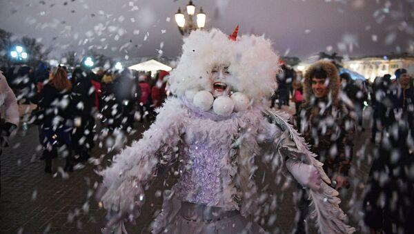 Артист во время новогодних гуляний в Москве - Sputnik Việt Nam