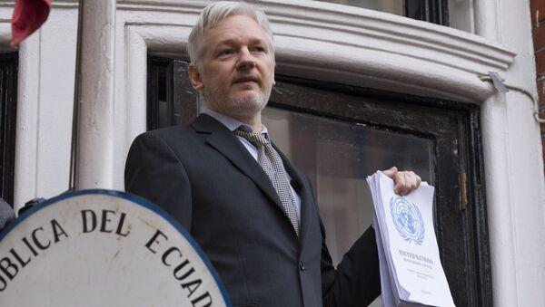Сооснователь WikiLeaks Джулиан Ассанж выступает с речью с балкона посольства Эквадора в Лондоне перед журналистами - Sputnik Việt Nam