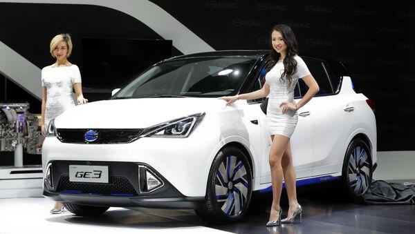 Các nữ người mẫu tạo dáng bên xe điện GAC Motors GE3 (Trung Quốc) - Sputnik Việt Nam