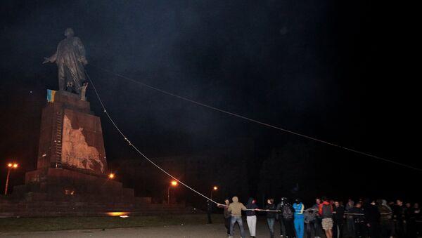 Những người lạ mặt phá tượng đài Vladimir Lenin ở Kharkov - Sputnik Việt Nam