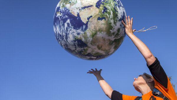 Cô gái ném quả bóng có hình Trái đất - Sputnik Việt Nam