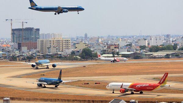 Máy bay ngập trên không và đường băng tại Tân Sơn Nhất - Sputnik Việt Nam
