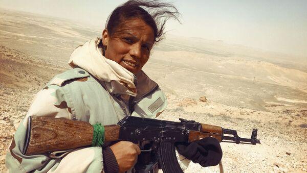 Nữ tình nguyện viên của đơn vị dân quân Diều hâu sa mạc đang trên đường tới đỉnh đồi chiến lược ở Palmyra, Syria - Sputnik Việt Nam
