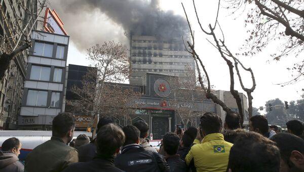 Tòa nhà cao tầng lâu đời nhất trong thành phố Tehran bị sụp đổ - Sputnik Việt Nam