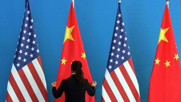 hai lá cờ Hoa kỳ và Trung Quốc - Sputnik Việt Nam