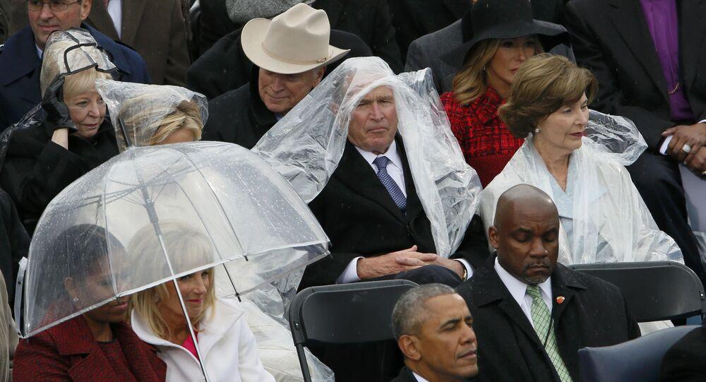 Bush loay hoay với áo mưa trong lễ nhậm chức của Trump