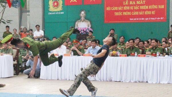 Một pha biểu diễn tấn công tội phạm của cảnh sát hình sự đặc nhiệm - Sputnik Việt Nam