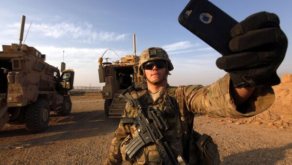 An American soldier takes a selfie at the U.S. army base in Qayyara, south of Mosul October 25, 2016 - Sputnik Việt Nam