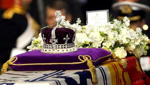 Viên kim cương Koh-i-noor được gắn vào vương miện của Nữ hoàng Elizabeth và trưng bày tại tháp London. - Sputnik Việt Nam